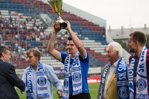 Přebírání poháru za 1. místo týmu SIGMY U-19, pohár zvedá nad hlavu Tomáš Zlatophlávek