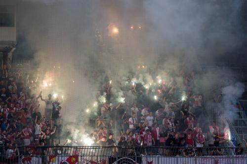Sektor hostů po druhém gólu odpaluje spoustu pyrotechniky