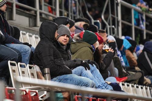 Fanoušci na stadionu mrzli