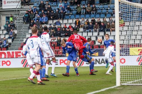 Gólman Lyonu si vyšlápl na dva hráče Sigmy a odvrací míč do bezpečí