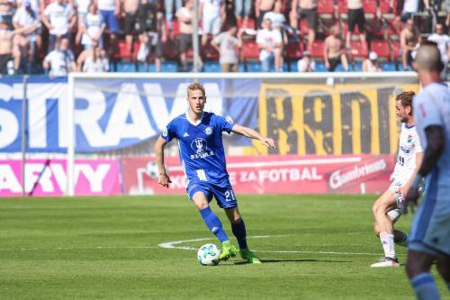 Uroš Radakovič si vede míč před dotírajícím baníkovcem