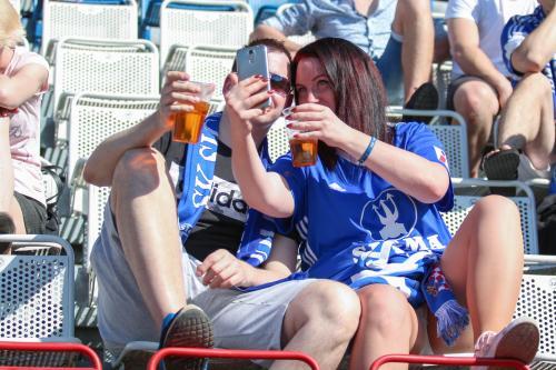A někteří fanoušci zase raději udělají selfíčko s pivem a druhem