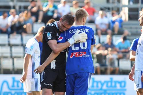 Miloš Buchta objímá Uroše Radakoviče