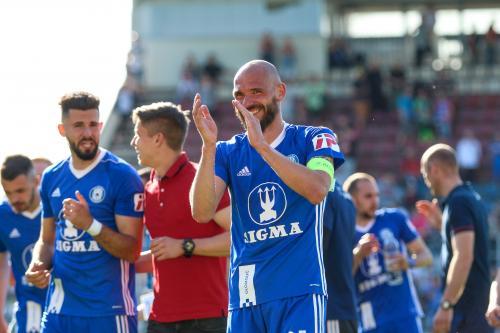 Michal Vepřek s úsměvem od ucha k uchu, v pozadí další hráči Sigmy