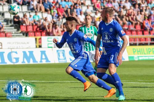 Martin Hála ve sprintu do útoku, spolu s ním Řezňa