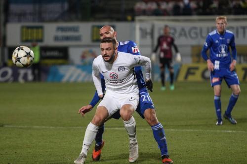 Michal Vepřek velmi natěsno hlídá hráče Slovácka