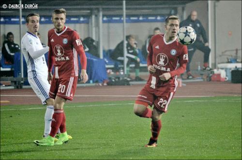 Šimon Falta a Lukáš Kalvach sledují balón vystřelený hráčem Baníku