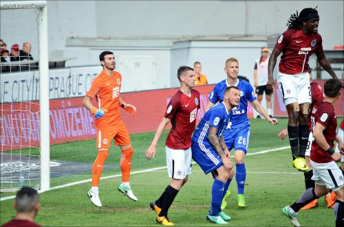 Costa ve výskoku před Řezníčkem a Radakovičem