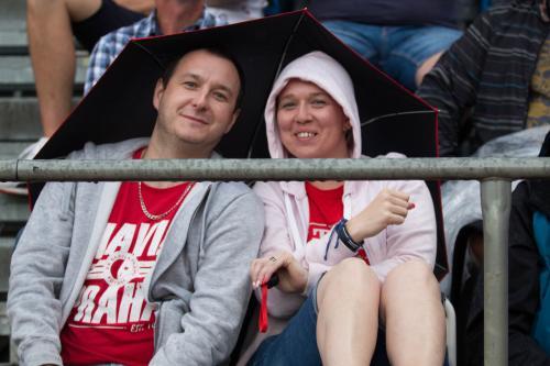I slávističtí fanoušci se v nevlídném počasí k sobě tulili