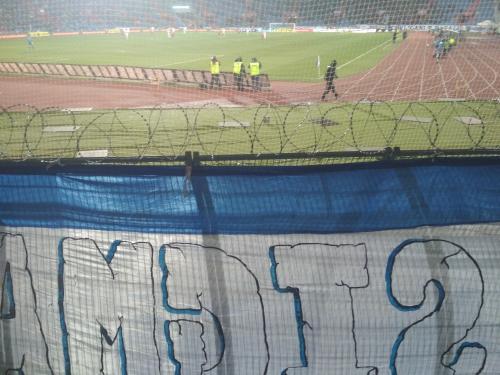Pohled ze sektoru hostí Městského stadionu ve Vítkovicích (Žiletkový drát se už stává standardem na českých stadionech)