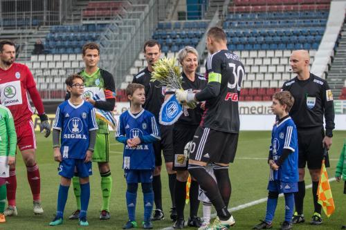 Miloš Buchta předává rozhodčí Adámkové před utkáním kytici