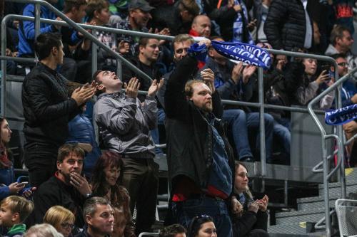 Bože díky, fanoušci děkují a slaví vstřelený gól