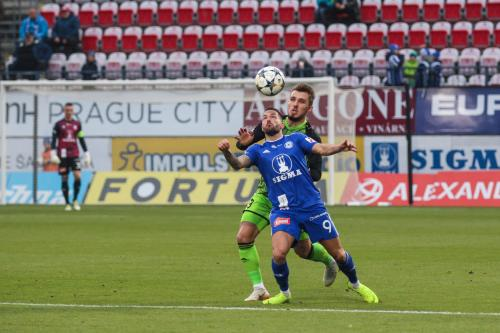 Lalakovič zpracovává balón na prsa pod dohledem hráč Boleslavi Valenty