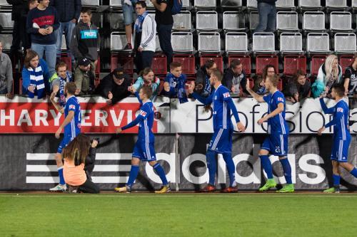 Hráči si plácají s fanoušky na Východní tribuně - Sladký, Houska, Chorý, Radakovič, Hála