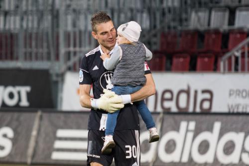 Miloš Buchta v náručí se svou dcerkou