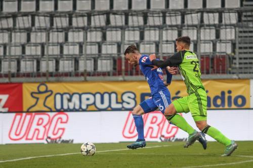 Nešpor se snaží uniknout hráči Boleslavi, ten se ho však drží jako klíště