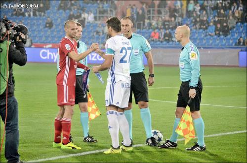 Kapitáni Sigmy a Baníku si podávají ruce před utkáním