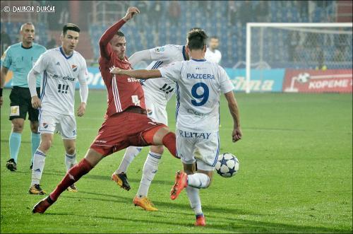 Hráče Baníku odkopává tísněn Tomášem Chorým